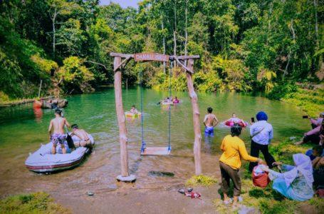 BAIQ NURIYAM/RADAR MANDALIKA INDAH: Terlihat wisatawan sedang menikmati keindahan danau biru yang berada di Desa Lantan, Kecamatan Batukliang Utara dengan fasilitas perahu karet yang menjadi daya tarik wisatawan saat ini.