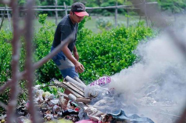 Sampah Pasca Bau Nyale Numpuk