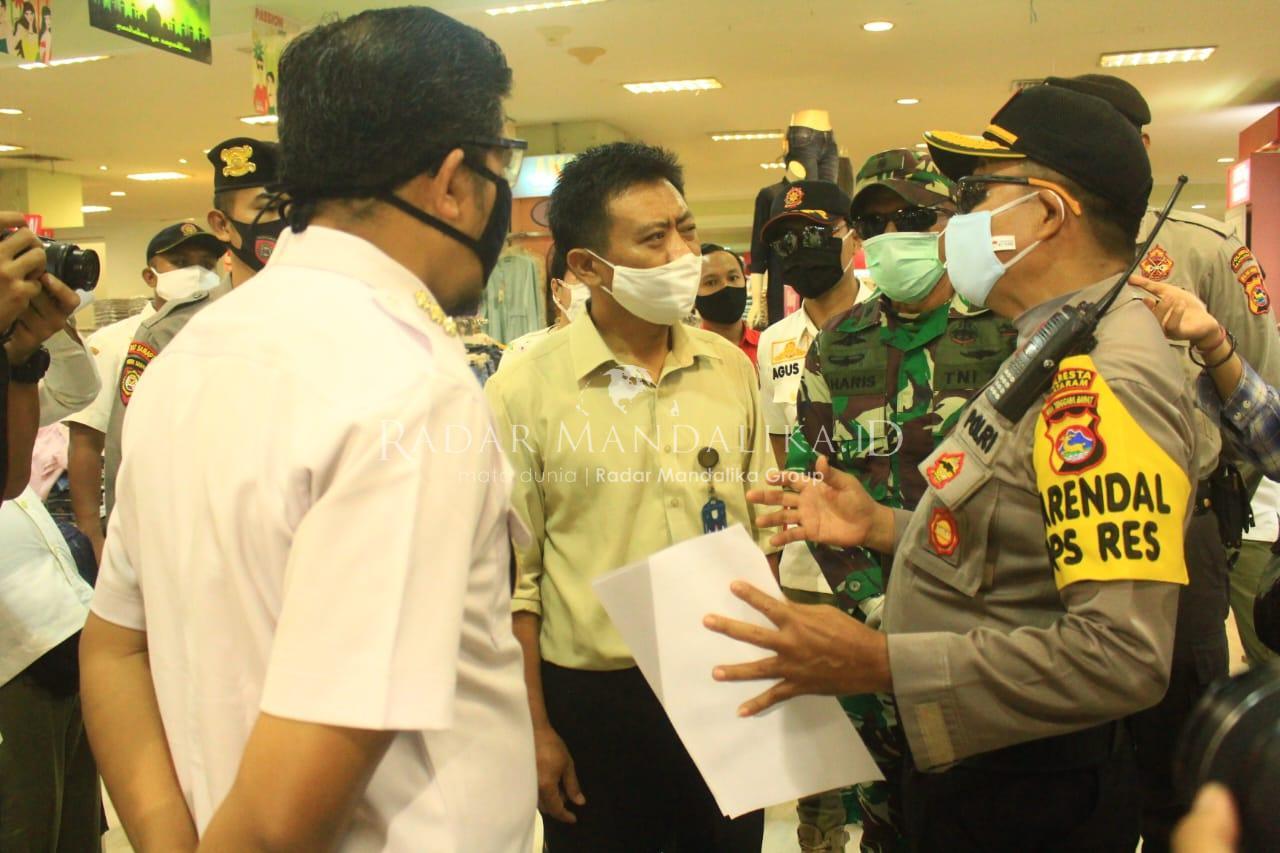 Aparat Gabungan Kawal Penutupan Mall dan Toko Pakaian di Mataram
