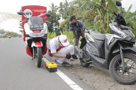 HONDA FOR RADAR MANDALIKA  GESIT: Mekanik Honda Care saat menservice motor seorang konsumen setia Honda yang mogok di jalan.