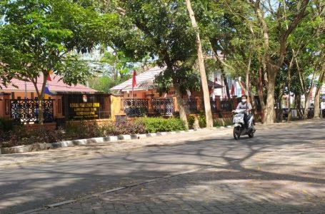 SEPI: Seorang pengendara melintas depan Kantor Komisi Pemilihan Umum (KPU) Lombok Tengah.