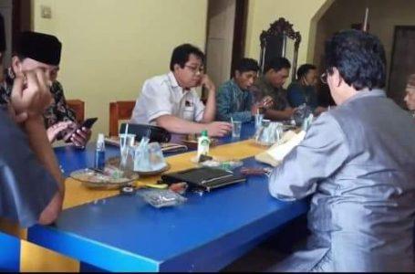 RAPAT:  Pengurus DPD NasDem Loteng saat melaksanakan rapat di kantornya, kemarin.
