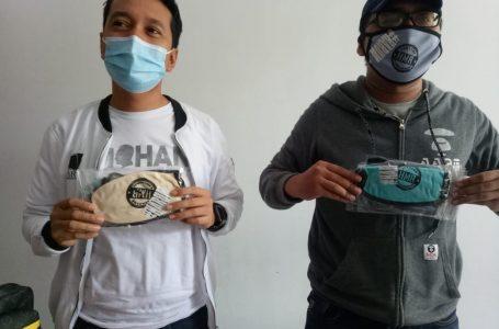 MATARAM BERMASKER: Juru Bicara Tim Pemenangan Pasangan HARUM, H Firad Pariska (kiri) bersama tim dari HARUM menunjukkan masker-masker yang siap dibagikan secara gratis ke masyarakat, Sabtu (19/9)
