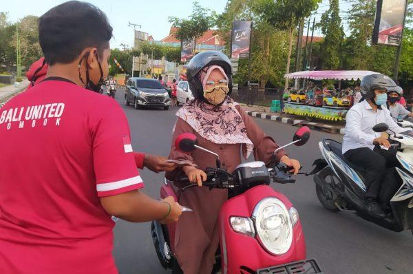 BPBD Mataran, Relawan  dan Academie Bali United Lombok Bagikan Masker