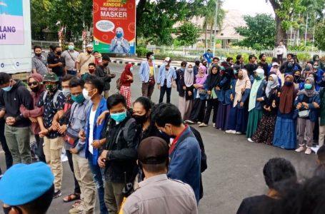 IST/RADAR MANDALIKA DEMO: Massa aksi saat turun demo di depan kantor bupati, kemarin.