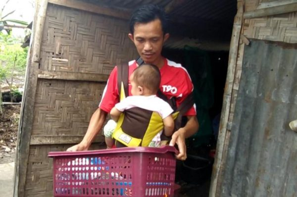 Viral, Duda Ini Gendong Bayi Sambil Jualan