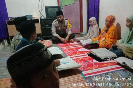 IST/RADAR MANDALIKA  MENGAJAR: Anggota Bhabinkamtibmas Desa Aik Mual saat mengajar ngaji anak-anak di desa binaan, kemarin.