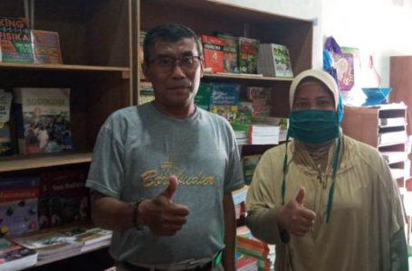 HAZA/RADAR MANDALIKA BERTAHAN: Arip Raengkuti dan seorang konsumen foto bersama di lokasi usahanya, kemarin.