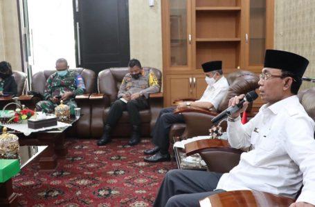 DISKOMINFO FOR/RADAR MANDALIKA KASUS MELONJAK: Wali Kota Mataram, H Ahyar Abduh memimpin rapat koordinasi dalam rangka mengevaluasi penanganan Covid-19 bersama Forkopimda Kota Mataram, di Pendopo Wali Kota Mataram, kemarin (27/01).