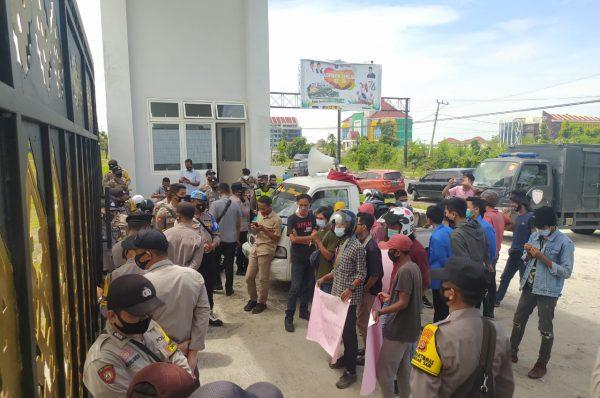 Pendemo Desak Izin UD Mawar Ditinjau Ulang