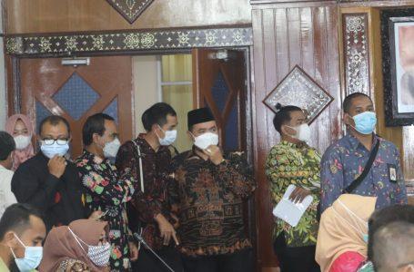 IST/Radarmandalika.id RAPAT: Anggota Bawaslu RI, Mochammad Afifuddin dan jajaran Bawaslu NTB saat melangsungkan rapat bersama Pemrov NTB Senin (12/04) lalu di Kantor Gubernur NTB.