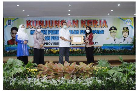 Ist/ radarmandalika.id Menteri PPPA Gusti Ayu Bintang Darmawati memberikan penghargaan pada Gubernur NTB