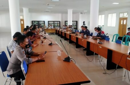 KHOTIM/RADARMANDALIKA.ID PROTES: Warga Desa Tanak Awu saat hearing di kantor DPRD Loteng, Selasa kemari.