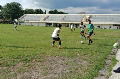 Arif/ radarmandalika.id Terlihat Hendrian Selfianto menggiring bola di Depan Tim Seleksi PS. Bima Sakti