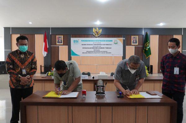 Kajari Loteng dan Branch Manager PT. BSI Tbk KCP Praya 1 Tandatangani MoU