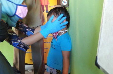 LALE RENY MARLIANDINI FOR RADAR MANDALIKA PENGUKURAN: Petugas saat mengukur tinggi badan anak balita di salah satu desa di wilayah Kecamatan Jonggat, belum lama ini.