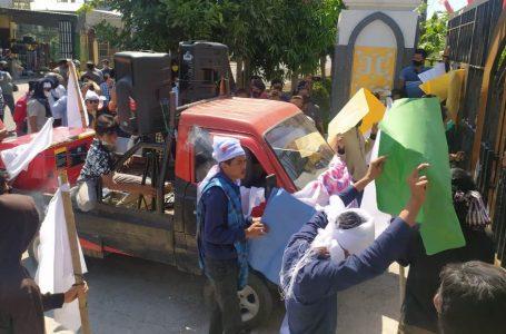 KHOTIM/RADARMANDALIKA.ID TEGANG: Massa yang bersitegang d di depan gerbang kantor DPRD Loteng, Kamis kemarin.