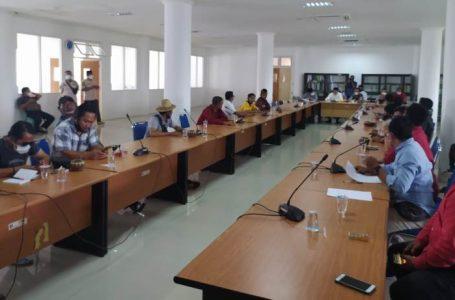 KHOTIM/RADARMANDALIKA.ID PROTES: Gabungan ormas Lombok Tengah saat mempersoalkan perpanjangan PPKM, Jumat lalu di kantor DPRD.