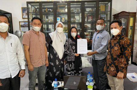IST/RADAR MANDALIKA GUGAT: Mantan kader PAN Dompu, Ika Rizky Veryani alias Chika saat menyerahkan hasil BAP kepada komisioner KPU.