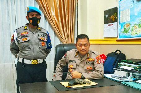 Kabid Humas Polda NTB Kombes Pol Artanto S.I.K M.Si menunjukkan barang bukti pistol mainan dan oknum anggota polisi.