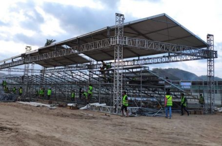 IST/RADAR MANDALIKA DIKEBUT: Sejumlah pekerja sedang memasang kerangka tribun di Sirkuit Mandalika Kuta, kemarin.